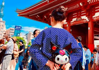 浅草寺門前にて。ダボシャツの腰にお面。